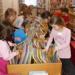 Vorschulkinder der blauen Gruppe besuchen die Stadtbibliothek